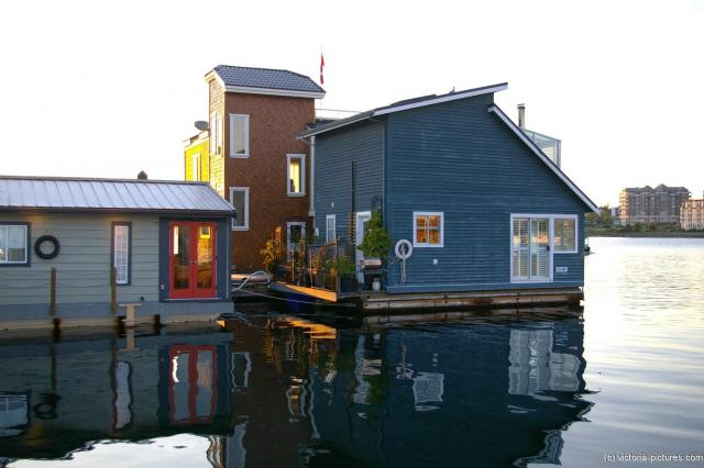 Large floating house at the Victoria Fisherman's Wharf.jpg