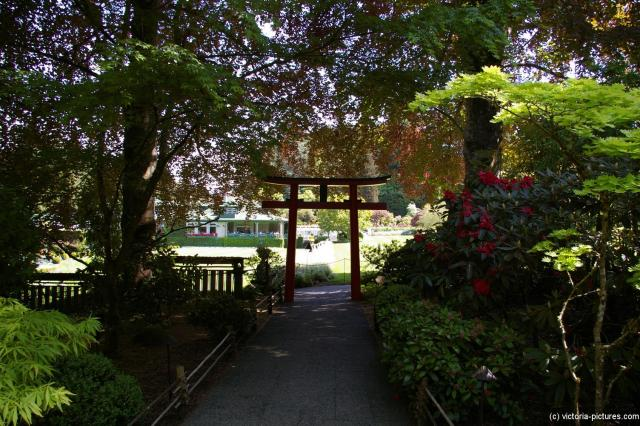 Entry way towards the Fountain of the Three Sturgeons at the Butchart Gardens Japanese Garden.jpg