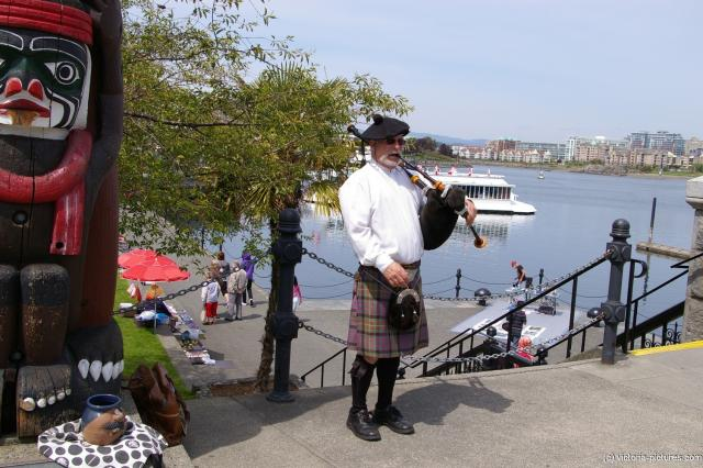 Bagpipe player in Victoria.jpg